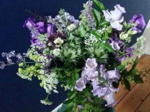 Image of a vase of flowers to illustrate spring floral craft workshops