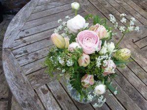 Image of a flower arrangement to illustrate sprin time floral craft workshops