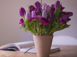 Image of a vase of flowers to illustrate spring posies workshop
